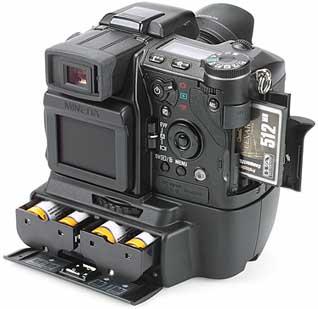 Minolta Dimage A1mit Batteriegriff BP-400 und geöffnetem Speicherfach [Foto: MediaNord]