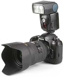 Nikon D100 mit Objektiv AF-S Nikkor 28-70 mm 2,8 D mit Blitz Speedlight SB-80DX [Foto: MediaNord]