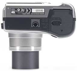 Olympus C-730 Ultra Zoom - unten [Foto: MediaNord]