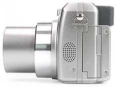 Olympus C-750 Ultra Zoom - linke Kameraseite [Foto: MediaNord]