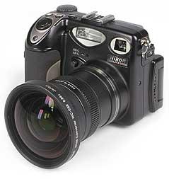 Nikon Coolpix 5000 mit Weitwinkelkonverter WC-E68 [Foto: MediaNord]