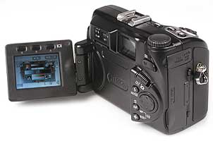 Nikon Coolpix 5000 mit aufgeklapptem Display [Foto: MediaNord]