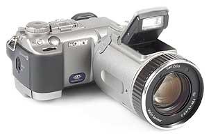 Sony DSC-F707 mit Pop-Up-Blitz [Foto: MediaNord]
