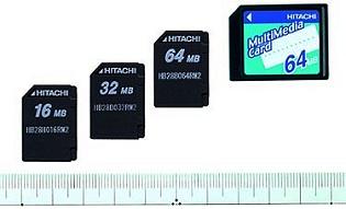 Größenvergleich der neuen RC-MMC-Karten mit handelsüblicher MultiMediaCard [Foto: Hitachi]