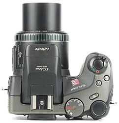 Fujifilm FinePix S602 Zoom, von oben [Foto: MediaNord]