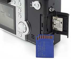 Steckplatz der Leica digilux 1, mit SD-Card [Foto: MediaNord]