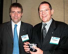 Leica-Chef Hanns Peter Cohn (rechts) und digilux-Chefentwickler Ralf Coenen präsentieren auf der PMA die digilux 1 [Foto: MediaNord]