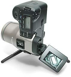 Canon PowerShot Pro70 senkrecht mit ausgeschwenktem Monitor [Foto: MediaNord]