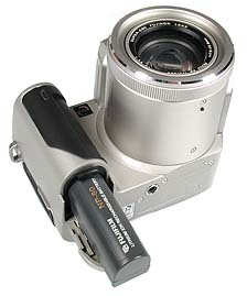 Fujifilm FinePix 4900 Zoom mit geöffnetem Akkufach [Foto: MediaNord]