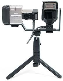 Nikon Coolpix 900s mit Blitzschiene und Nikon SB22s auf Tischstativ [Foto: MediaNord]