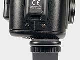Nikon Coolpix 950 Detail: Zwangsläufig schiefe Montage auf Blitzschiene durch ungünstig angebrachtes Stativgewinde [Foto: MediaNord]