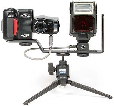 Nikon Coolpix 950 mit Blitzschiene SK-E900 und Nikon Blitzgerät SB-22s auf Manfrotto Tischstativ 209 mit Kopf 342 [Foto: MediaNord]