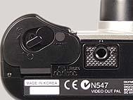 Olympus C-2000 Zoom Detail Batteriefach und Stativgewinde