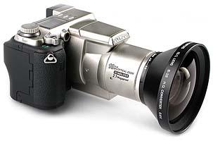 Olympus C-2100 Ultra Zoom mit Weitwinkelkonverter Olympus B-28 [Foto: MediaNord]