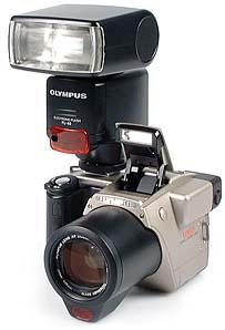 Olympus C-2500L mit Zusatzblitzgerät Olympus FL-40 [Foto: MediaNord]