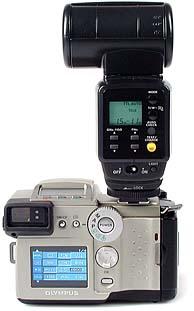 Olympus C-2500L mit Blitzgerät Olympus FL-40, Rückansicht [Foto: MediaNord]