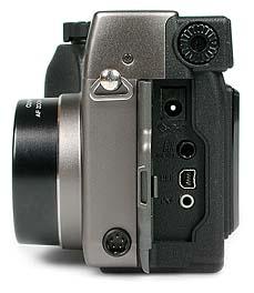 Olympus C-3000 Zoom Anschlüsse [Foto: MediaNord]