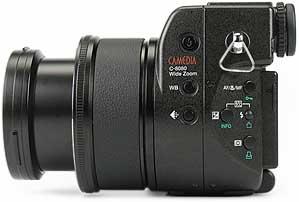 Olympus C-8080 Wide Zoom - linke Kameraseite [Foto: MediaNord]