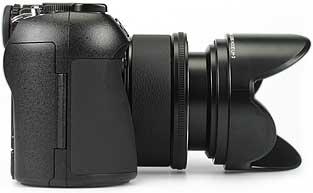 Olympus C-8080 Wide Zoom mit Sonenblende - rechte Kameraseite [Foto: MediaNord]