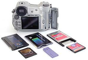 Sony DSC-D700 mit diversen Speichermedien [Foto: MediaNord]