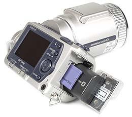 Sony DSC-F505V mit eingelegtem Memory Stick und Akku [Foto: MediaNord]