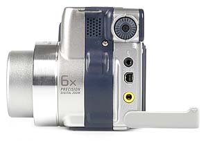 Sony DSC-S70 linke Kameraseite mit Anschlüssen [Foto: MediaNord]