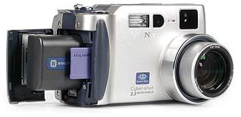 Sony DSC-S70 mit eingelegtem Memory Stick und Akku [Foto: MediaNord]