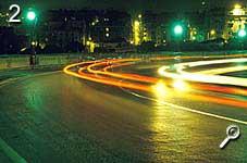 Bild 2: Lichtbögen auf Straße [Foto: Jürgen Rautenberg]