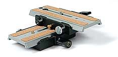 Zwei Schnellwechselplatten mit Gewichtsausgleich im Rechtenwinkel zusammen geschraubt