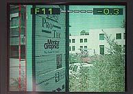 Abstand der beiden vertikalen Linien auf der linken Monitorseite