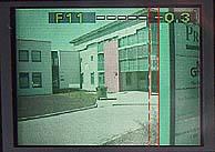Abstand der beiden vertikalen Linien auf der rechten Monitorseite