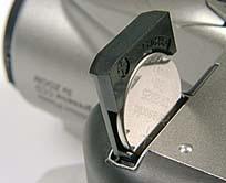 Knopfzelle zur Pufferung der internen Uhr und der Kamera-Grundeinstellungen