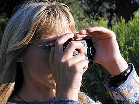 Die Hand des Fotografen ersetzt die Gegenlichtblende
